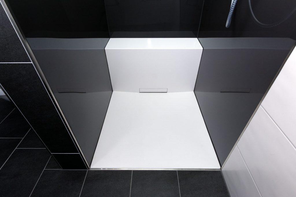 Mineralwerkstoff für Duschfläche und Sitz