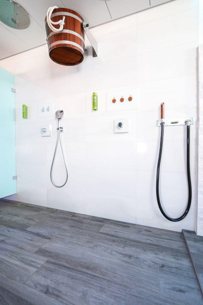 SPA-Bereich mit Kneipp-Becken - ebenerdige Dusche