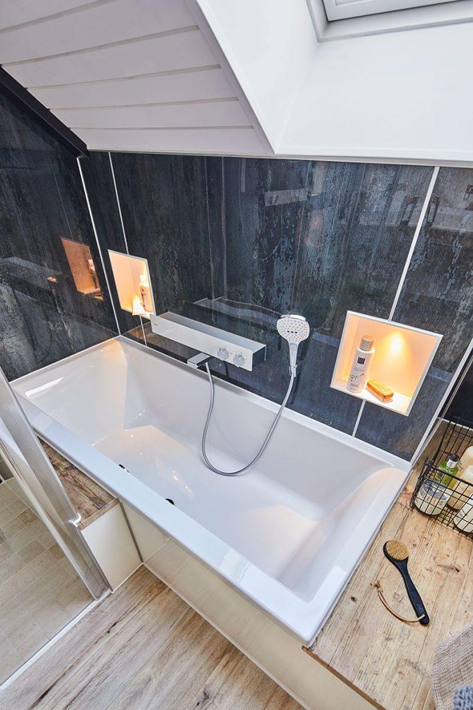 Attraktiver Wannenplatz - Badgestaltung mit Glaslaminat und Modulen