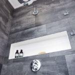 WaschSalon Bautzen - die Badausstellung vom Handelshof Bautzen: Duschwandmodul mit großformatiger Nische aus Mineralwerkstoff, Farbton Bianco